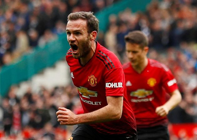 Juan Mata z Manchesteru United oslavuje poté, co otevřel skóre zápasu proti Chelsea.
