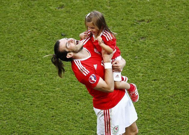 Gareth Bale svírá v náručí dcerku Albu Violet po utkáníse Severním Irskem.