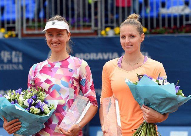 Vítězka tenisového turnaje Prague Open Mona Barthelová z Německa (vlevo) a poražená finalistka Kristýna Plíšková z ČR po finále.
