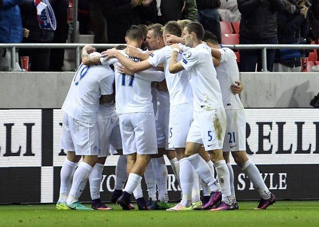 Slovák Robert Mak slaví se Spoluhráči gól proti Skotsku.