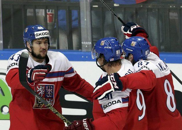 Střelec gólu proti Finsku Jan Kovář (vlevo) se raduje se spoluhráči Jakubem Nakládalem (vpravo) a Martinem Eratem.