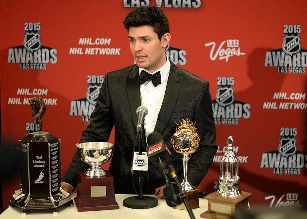Brankář Montrealu Carey Price hovoří s médii poté, co na galavečeru NHL v Las Vegas získal čtyři trofeje.