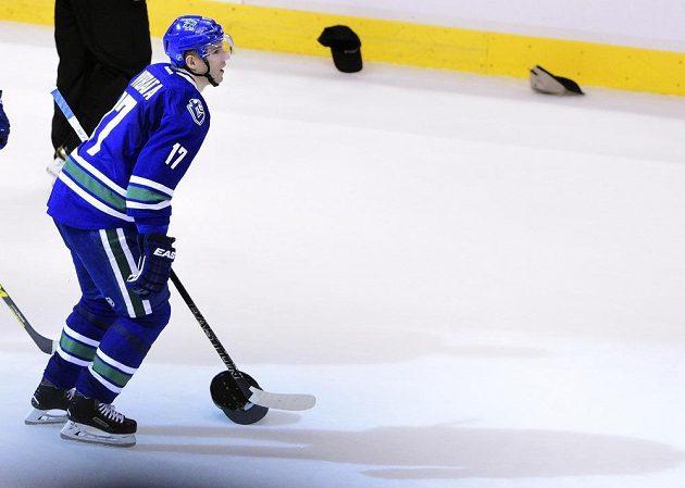 Fanoušci Vancouveru hází čepice na led na oslavu hattricku Radima Vrbaty.
