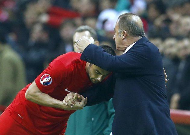 Turecký kouč Fatih Terim gratuluje Buraku Yilmazovi poté, co kanonýr týmu vstřelil gól v kvalifikačním souboji proti Kazachstánu.