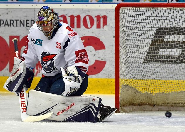 Brankář hokejového Chomutova Justin Peters dostává první gól v utkání baráže o extraligu s Kladnem.