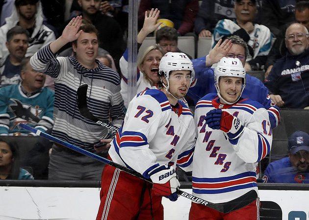 Český útočník Filip Chytil (vlevo) gratuluje spoluhráči z New York Rangers Jesperu Fastovi ke gólu v utkání proti San Jose.
