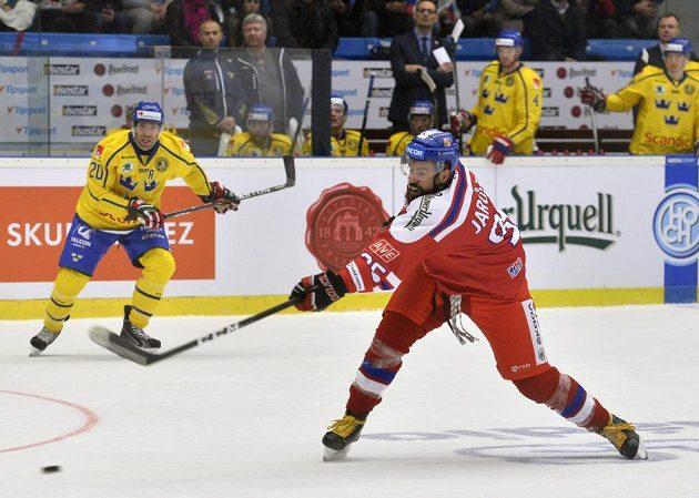 Richard Jarůšek střílí v utkání se Švédskem. Vlevo přihlíží Joel Lundqvist.