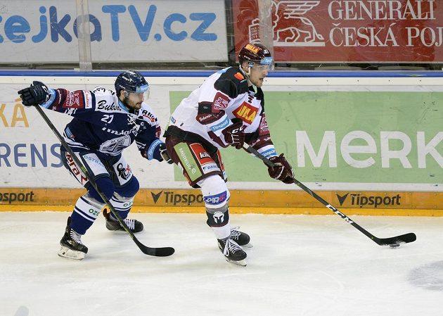 Vítkovický hokejista Rastislav Dej atakuje Jiřího Smejkala ze Sparty.