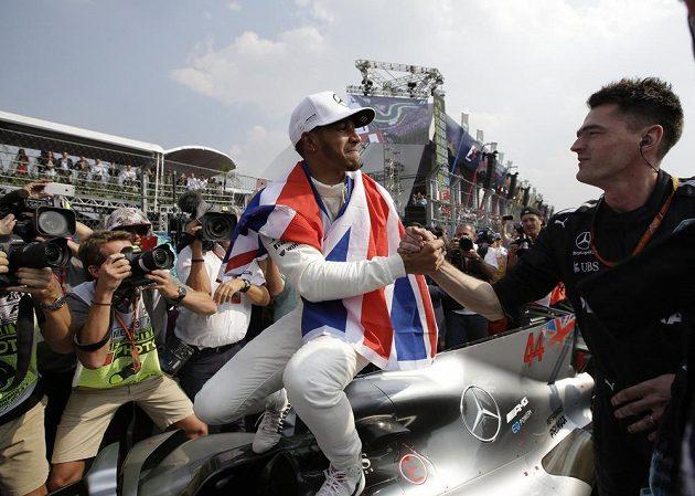Šampión jsme já! Lewis Hamilton slaví čtvrtý titul...