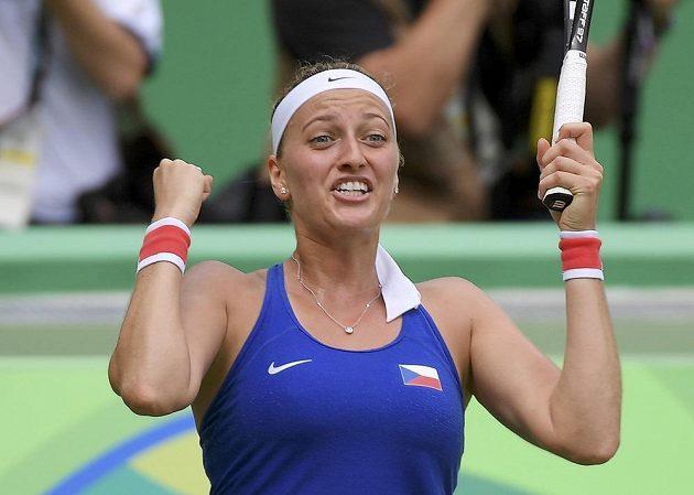 Česká tenistka Petra Kvitová slaví vítězství nad Dánkou Caroline Wozniackou.