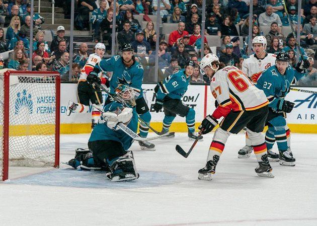 Brankář San Jose Sharks Aaron Dell (30) likviduje šanci českého útočníka Calgary Flames Michaela Frolíka.