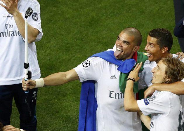 Hráči Realu Madrid Pepe, Cristiano Ronaldo a Luka Modrič fotí po vítězném penaltovém rozstřelu selfie.