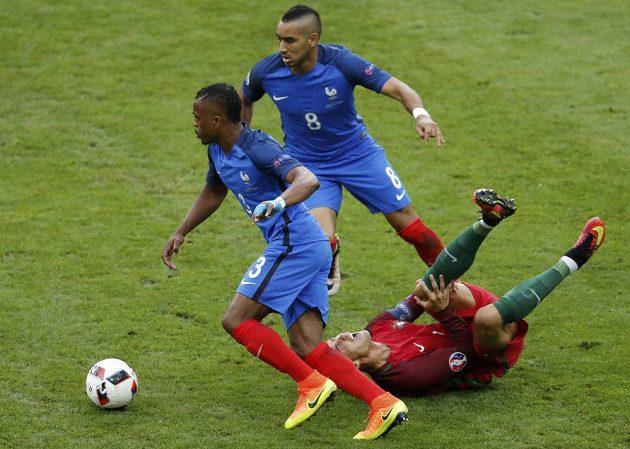 Cristiano Ronaldo leží na trávníku s bolestivou grimasou.