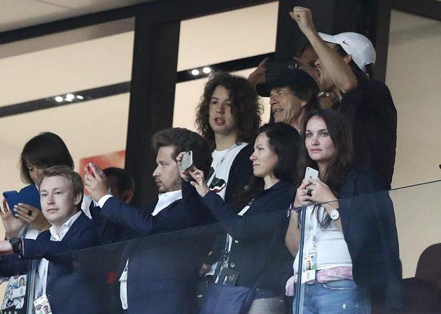 Zpěvák Mick Jagger z legendární hudební skupiny Rolling Stones si nenechal ujít semifinále MS mezi Anglií a Chorvatskem.