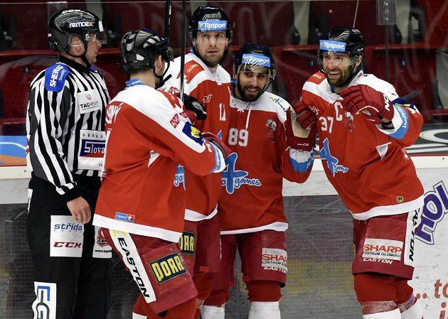 Olomoučtí hráči se radují z gólu ve Varech. Zleva Michal Vodný, střelec gólu Pavel Skrbek, Roman Rác a Martin Vyrůbalík.