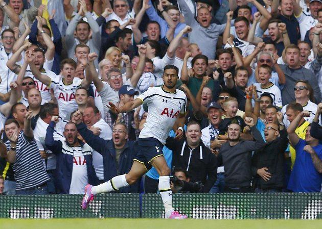 Záložník Tottenhamu Nacer Chadli slaví gól proti QPR.