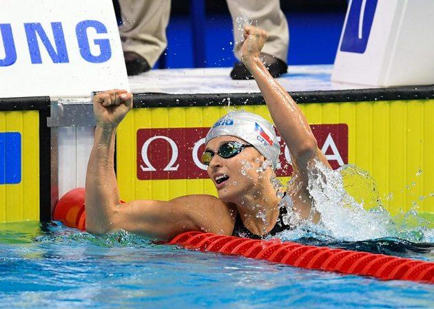 Simona Baumrtová při semifinále závodu na 100 metrů znak na MS v Budapešti.