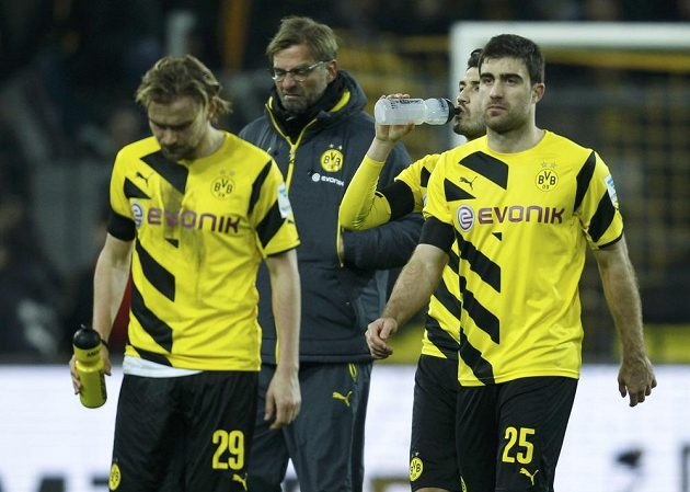 Zleva Dortmundští Marcel Schmelzer, trenér Jürgen Klopp, Nuri Sahin a Sokratis po prohře s Augsburgem.