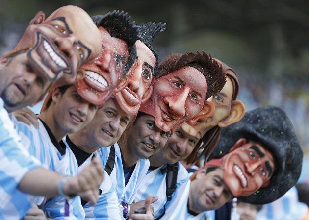 Argentinští fanoušci s maskami slavných fotbalových krajanů.