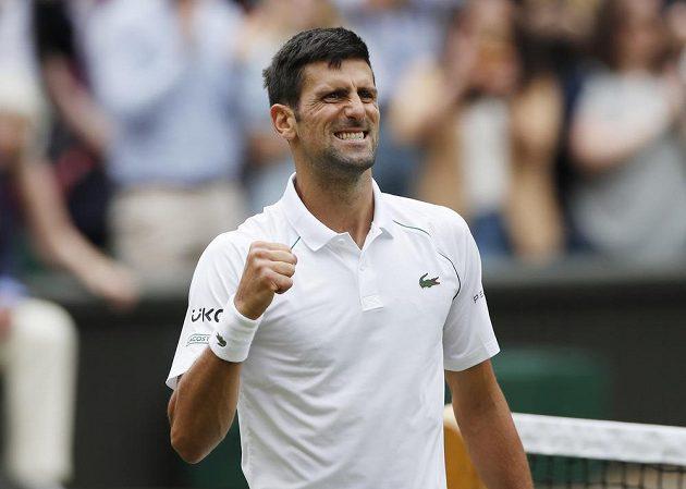 Srb Novak Djokovič slaví svoje vítězství ve čtvrtfinále Wimbledonu.