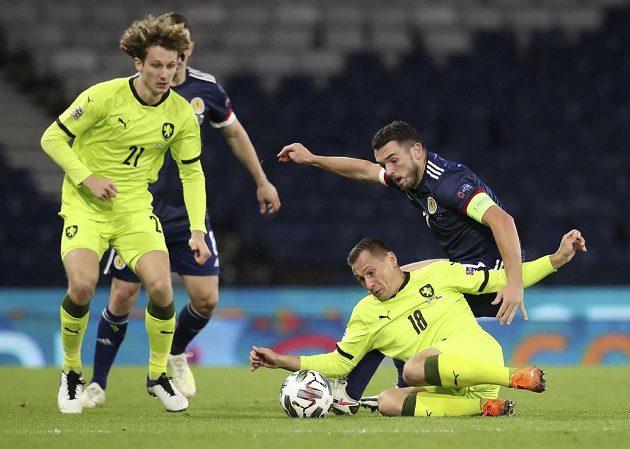 Čeští fotbalisté Jan Bořil (18) a Alex Král (21) v souboji se Skotem Johnem McGinnem.