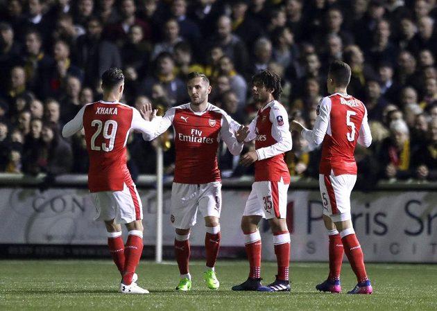 Fotbalisté Arsenalu Lucas Perez (druhý zleva) Granit Xhaka (vlevo) Alex Oxlade-Chamberlain a Gabriel (vpravo) slaví gól proti Suttonu.