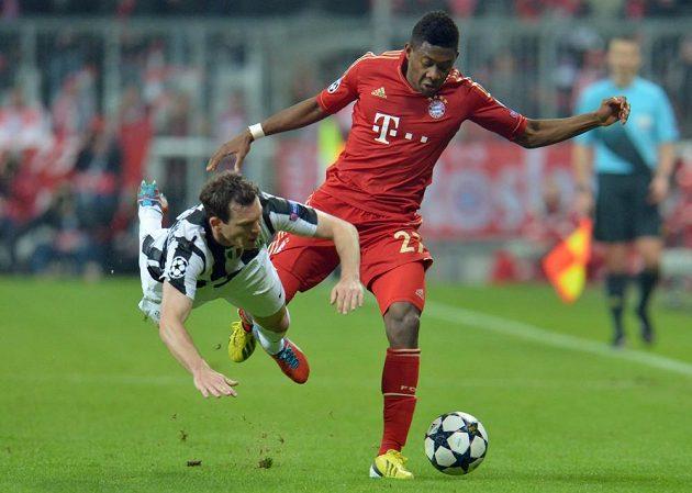 David Alaba (vpravo) z Bayernu bojuje se Stephanem Lichsteinerem z Juventusu.