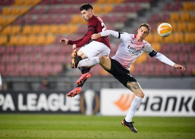Srdjan Plavšič (v rudém) ze Sparty a Andrea Conti z AC Milán
