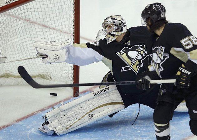 Patrice Bergeron (není na snímku) z Bostonu překonává brankáře Pittsburghu Marka-Andrého Fleuryho. Přihlíží zadák Penguins Chris Letang.
