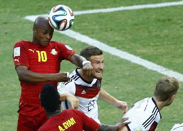 Ghaňan André Ayew (číslo 10) se ve vzduchu vyhoupl výše než německá obrana a vyrovnal na 1:1.