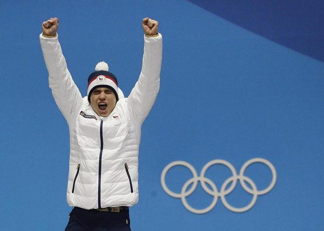 Stříbrný z nedělního biatlonového sprintu Michal Krčmář si během medailového ceremoniálu znovu prožil velké emoce.