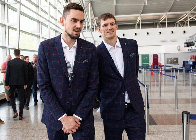 Tomáš Satoranský (vlevo) a Pavel Pumprla během odletu basketbalové reprezentace na MS 2019 do Číny.