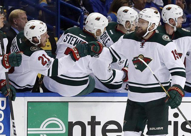 Spoluhráči z Minnesoty blahopřejí Martinu Hanzalovi k premiérové trefě v letošním play off NHL.