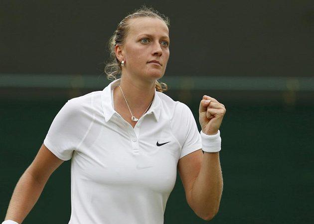 Česká tenistka Petra Kvitová se raduje z vítězného míčku v prvním kole Wimbledonu.