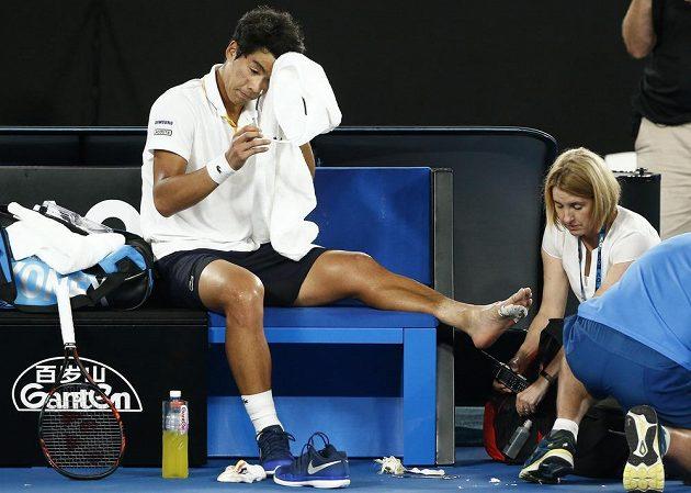 Ošetřovaný Čong Hjon v semifinále Australian Open. Zápas s Rogerem Federerem nakonec vzdal.