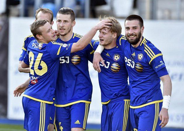 Zprava jihlavští Yani Urdinov, střelec gólu Josef Bazal, Radek Voltr, Petr Nerad a Lukáš Vaculík (vzadu) při utkání s Baníkem.