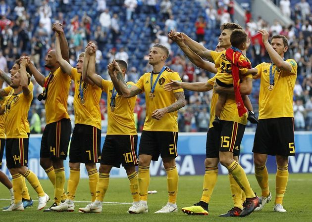 Belgičtí fotbalisté zdraví po zisku bronzu své fanouśky.