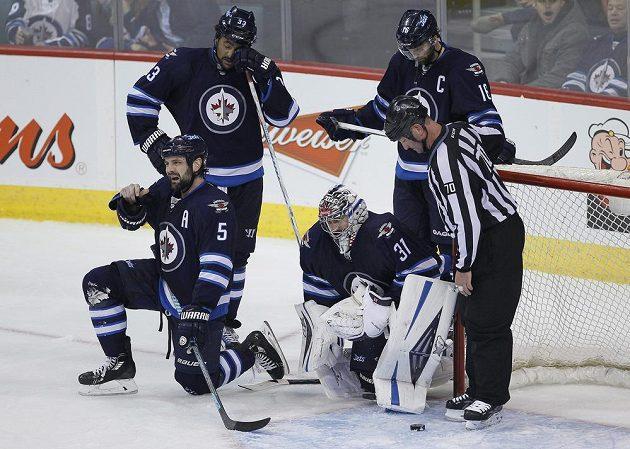 Zklamání hokejistů Winnipegu i s českým brankářem Ondřejem Pavelcem poté, co Jets inkasovali třetí gól v utkání s Los Angeles Kings.