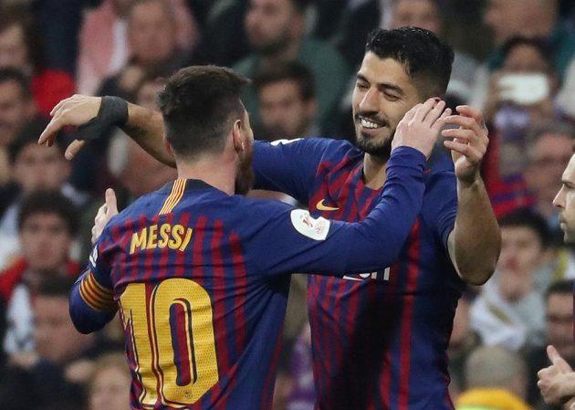 Hvězdy slaví. Barcelona v odvetě semifinále poháru Copa del Rey vyhrála na půdě Realu Madrid jasně 3:0. Na snímku se raduje autor dvou branek Luis Suárez s Lionelem Messim.