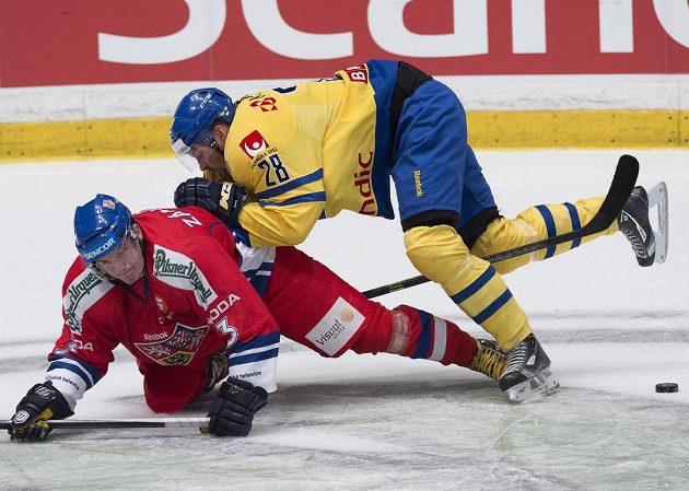 Český obránce Petr Zámorský (vlevo) v souboji se Švédem Dickem Axelssonem