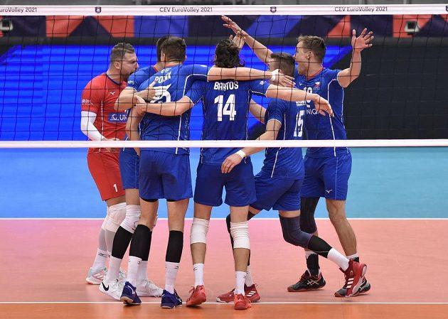 Hráči ČR se radují ze zisku bodu.