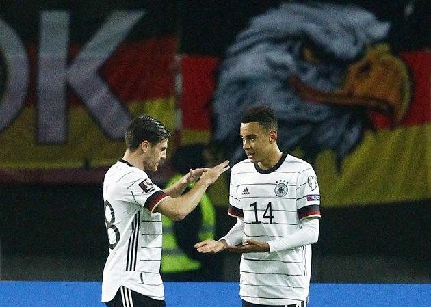 Němec Jamal Musiala (vpravo) a Jonas Hofmann se radují z gólu.
