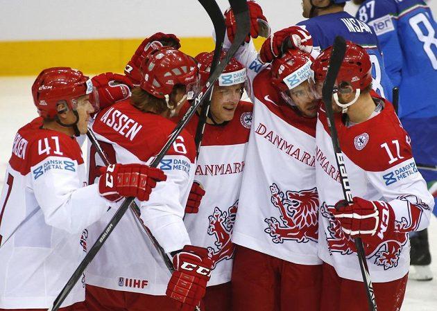 Hokejisté Dánska se radují z gólu Jespera Jensena, druhého zprava, proti Itálii.