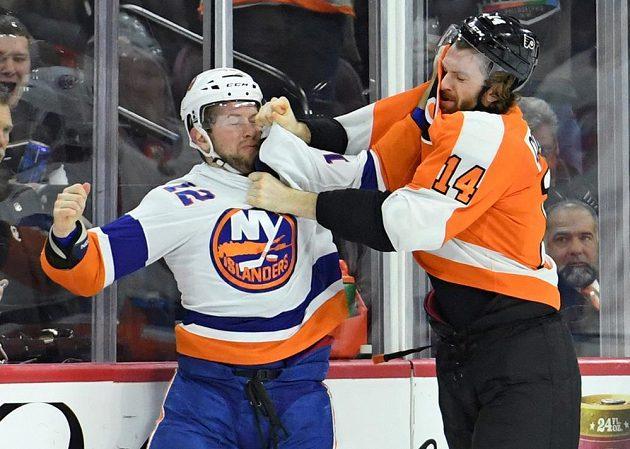 Útočník Philadelphie Flyers Sean Couturier (14) se pustil do bitky. Protivníkem mu byl Josh Bailey z New York Islanders.