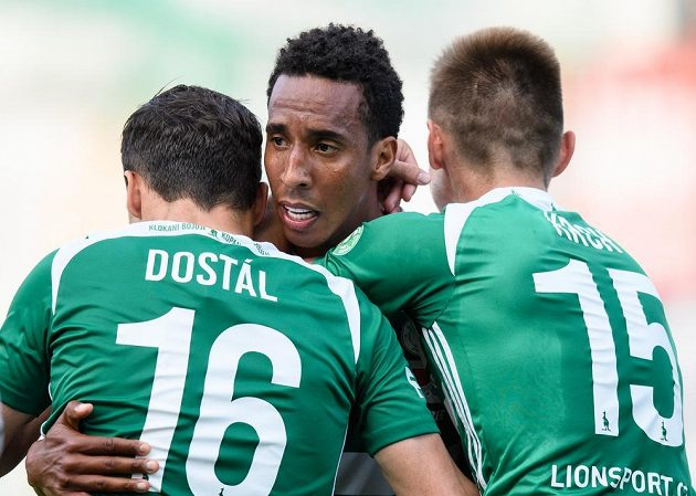 Jhon Mosquera z Bohemians oslavuje se spoluhráči svůj druhý gól Slovácku.