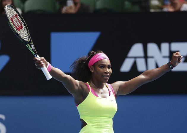 Světová jednička Serena Williamsová se raduje po vítězství nad Garbine Muguruzaovou ze Španělska.