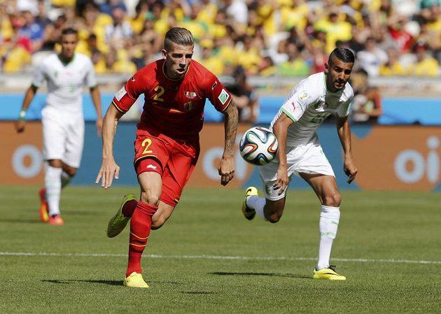 Belgický obránce Toby Alderweireld (vlevo) v souboji o míč s Rijádem Mahrizem z Alžírska.