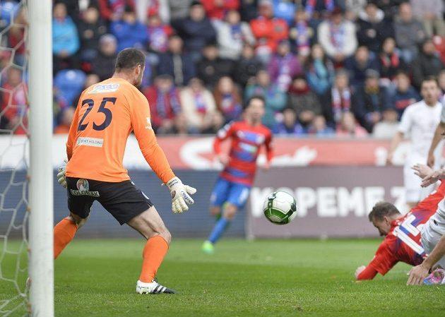 Brankář Slovácka Michal Daněk dostává první gól od Michaela Krmenčíka z Viktorie Plzeň.