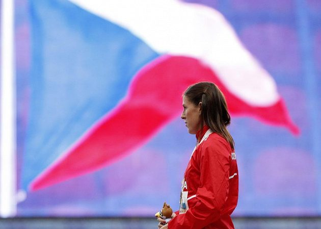 Zuzana Hejnová poslouchá českou hymnu poté, co dostala zlatou medaili z mistrovství světa.