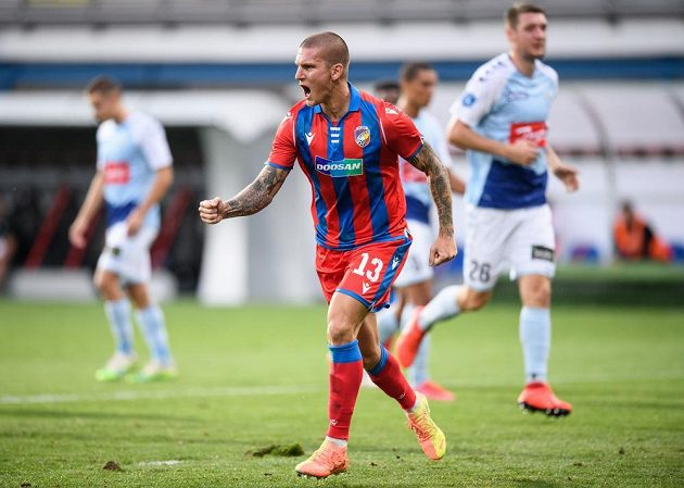 Zdeněk Ondrášek z Viktorie Plzeň oslavuje gól na 1:0 z proměněné penalty.